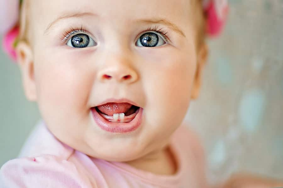 O aparecimento dos primeiros dentes é uma das fases do bebê