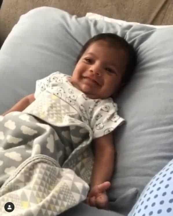 O menino Miguel de um mês é o primeiro filho do cantor