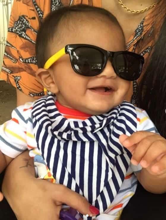 Bebê de Felipe Araújo encantando com óculos escuros