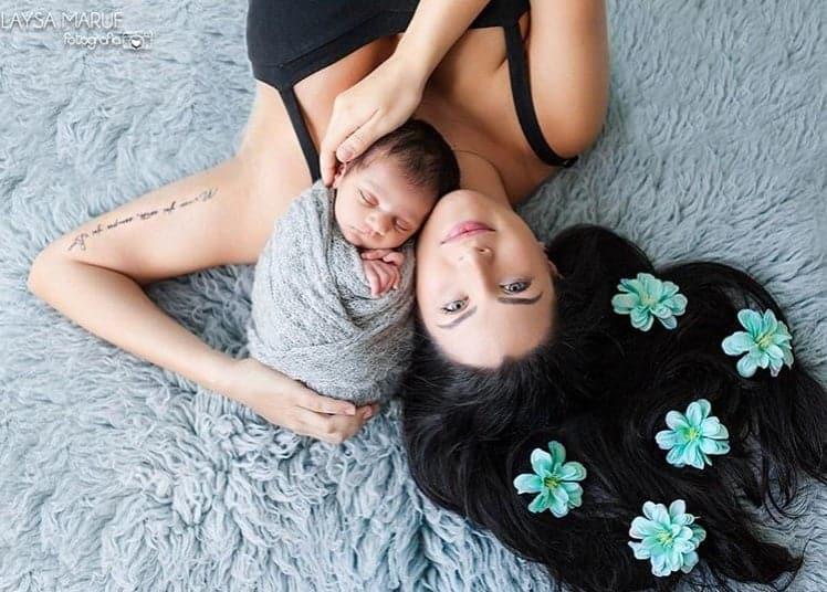 O bebê Miguel com sua mãe Caroline Marchezi