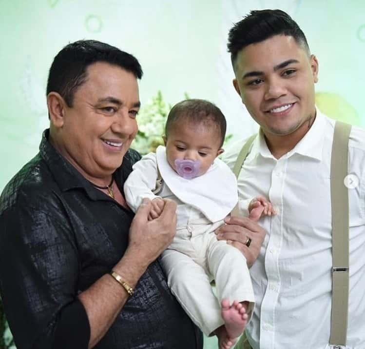 Felipe Araújo com o pai e com seu bebê Miguel