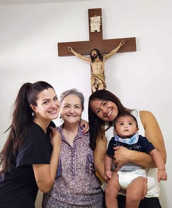Mãe de Felipe Araújo com o pequeno Miguel no colo