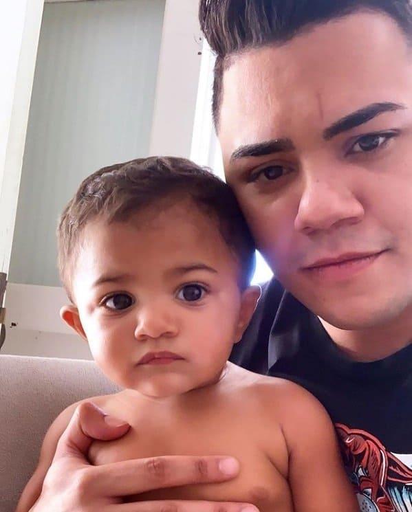 Cantor Felipe Araújo e seu bebê Miguel em foto rara