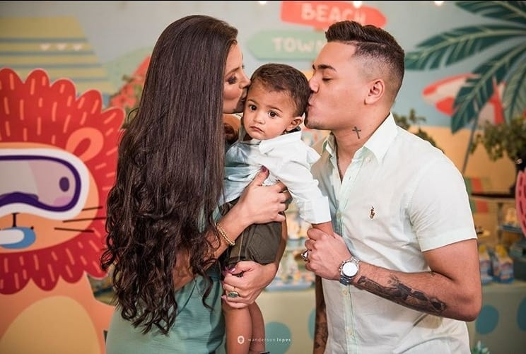 Felipe Araújo e Caroline Marchezi no aniversário de seu bebê