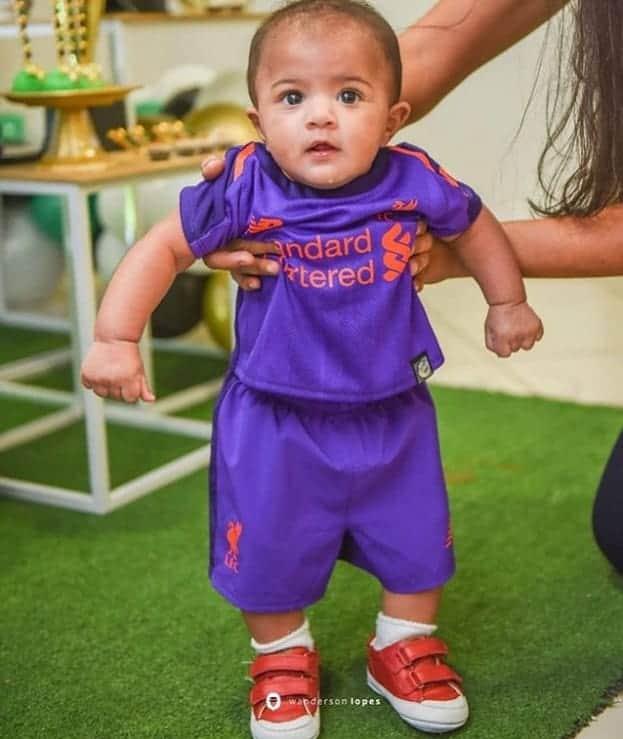 O bebê de Felipe Araújo com a camisa que ganhou de Roberto Firmino