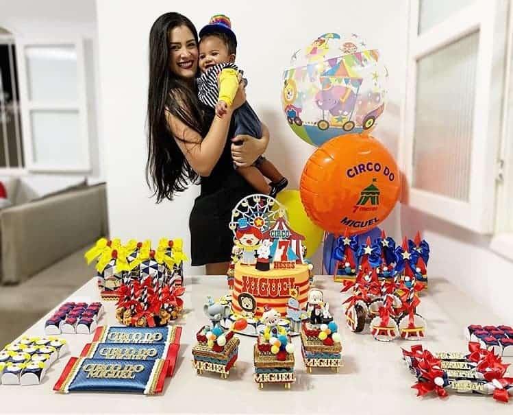 Filho de Felipe Araújo em sua festa de sete meses com a mãe