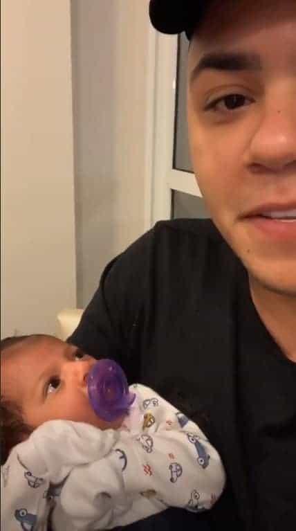 O cantor Felipe Araújo mostrou seu bebê calminho após a troca de roupa