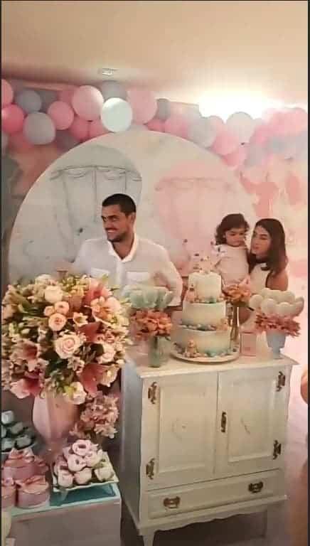Felipe Simas com a esposa e os filhos em um chá revelação