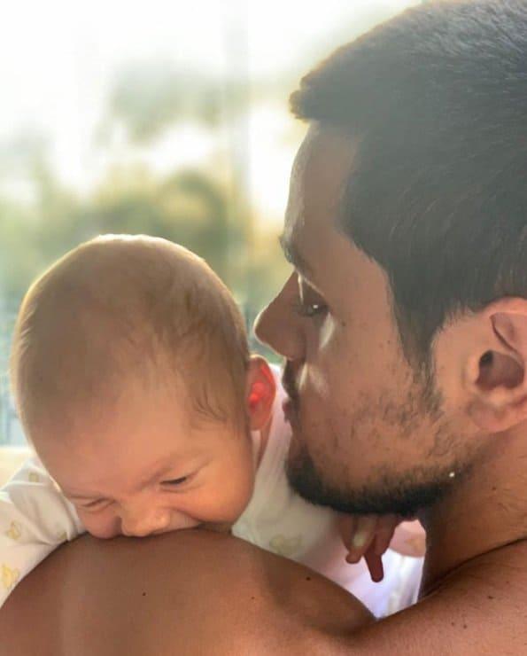 Felipe Simas com seu bebê no colo