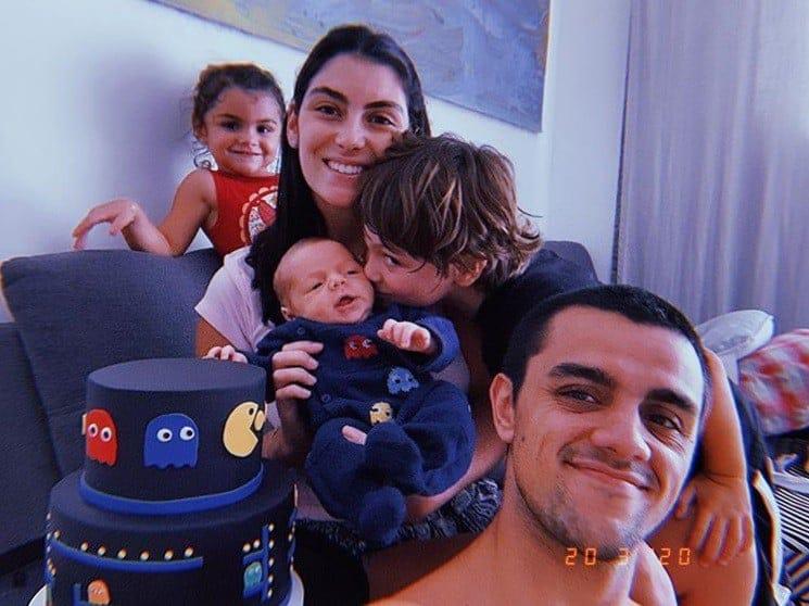 Felipe Simas celebrando um mês de seu bebê
