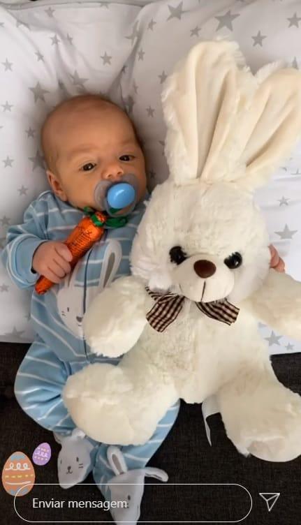 Bebê de Felipe Simas com coelhinho da páscoa