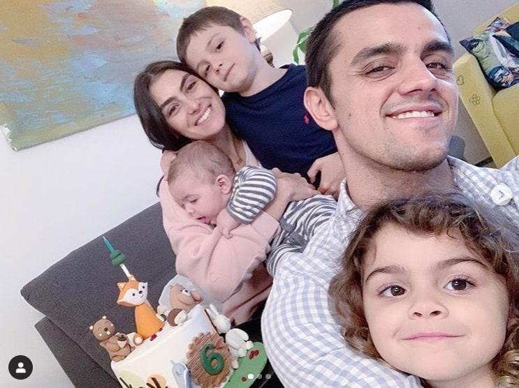 Felipe Simas celebrando seis meses do filho Vicente