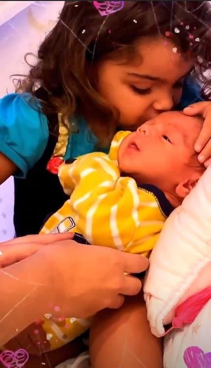 Felipe Simas mostrou um fofo momento com seu recém-nascido
