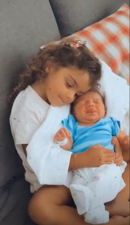 Recém-nascido de Mariana Uhlmann com a irmã