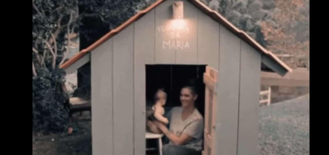 Fernanda Lima com a filha na casinha de brinquedo