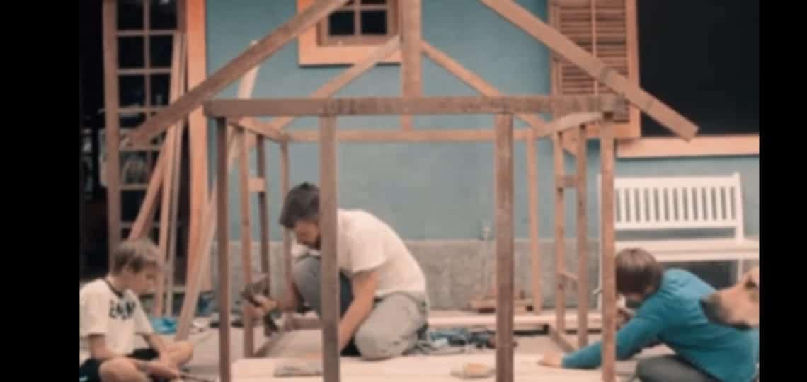 Rodrigo Hilbert na casinha de brinquedos de sua filha