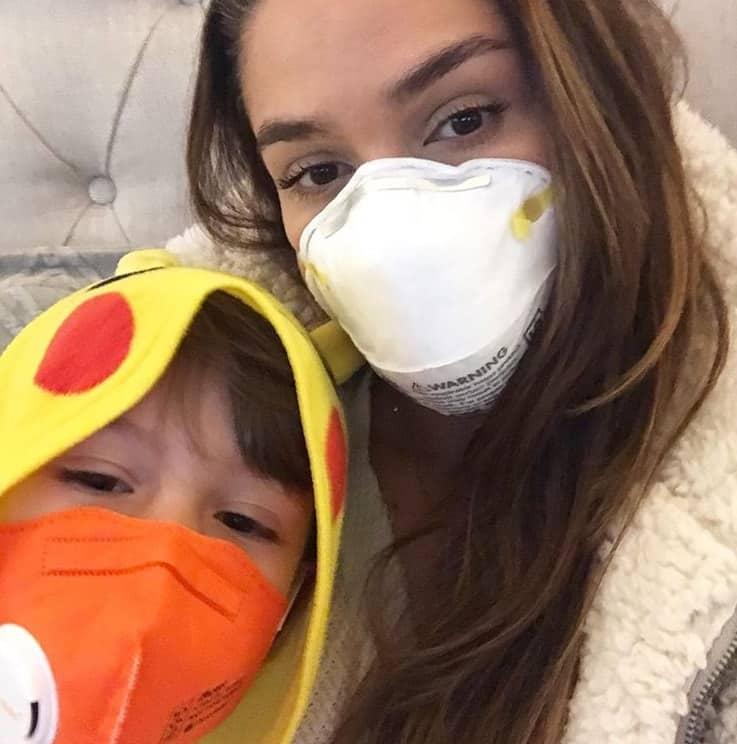 Fernanda Machado e o filho etão fugindo de um incêndio