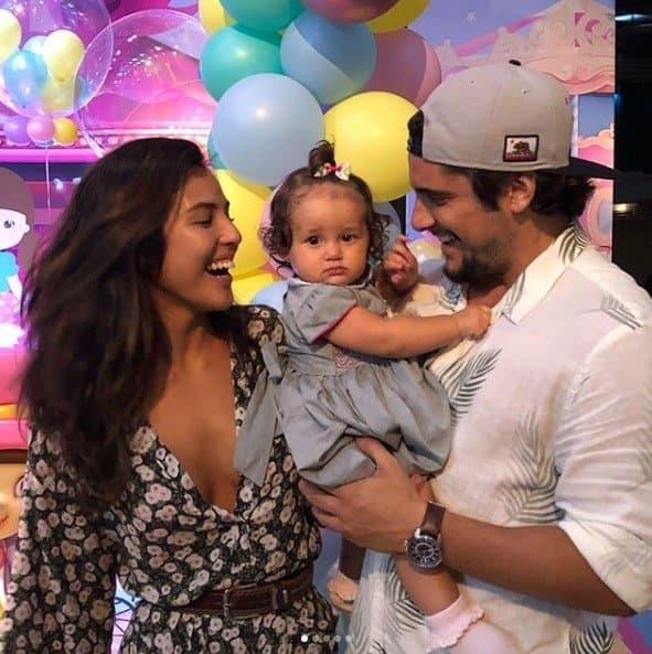 A pequena Madalena com os pais Bruno Gissoni e Yanna Lavigne