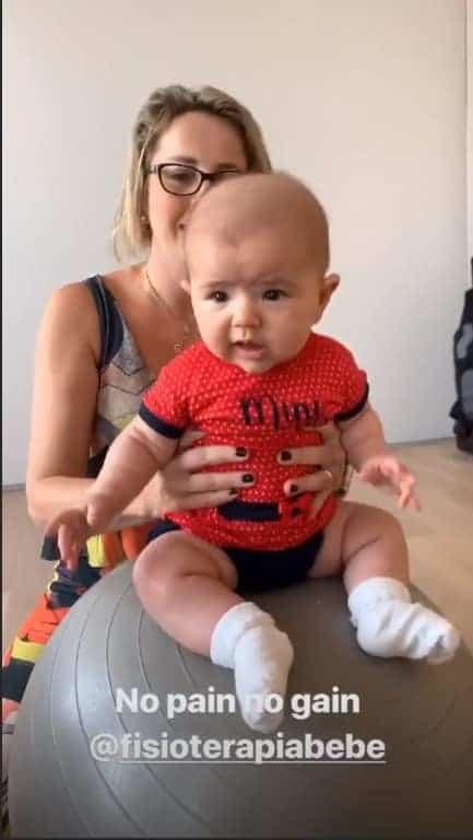 A menina Zoe a filha da apresentadora Sabrina Sato e do ator Duda Nagle, fazendo fisioterapia