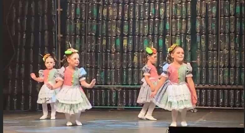 O papai Wesley Safadão compartilhou essa imagem da pequena Ysis dançando