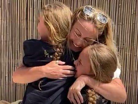 As filhas foram surpreendidas pelo retorno da mãe