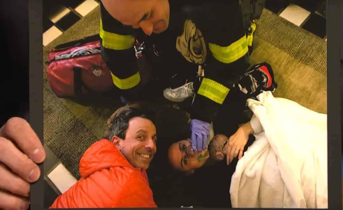 Alexi Asche sendo atendida no hall do prédio