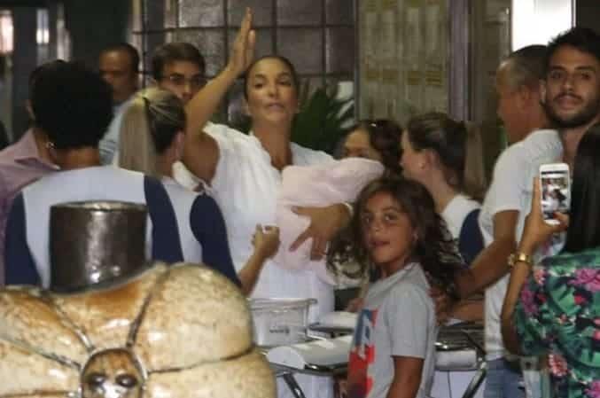Marcelo deixando a maternidade ao lado dos pais e das irmãs