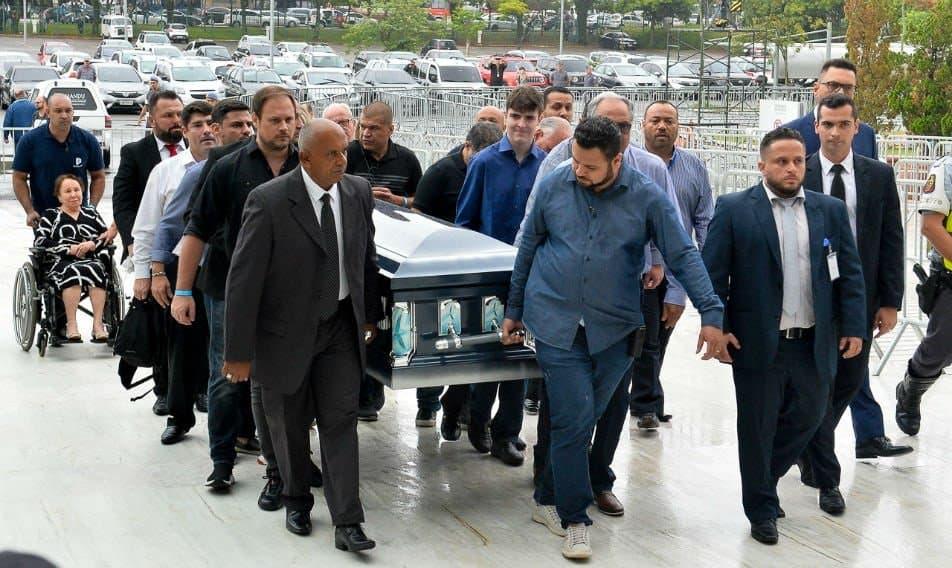 Filho de Gugu Liberato carregando caixão do pai