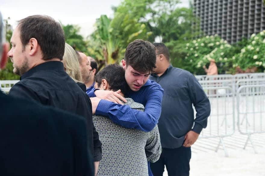Filho de Gugu é consolado no velório do pai