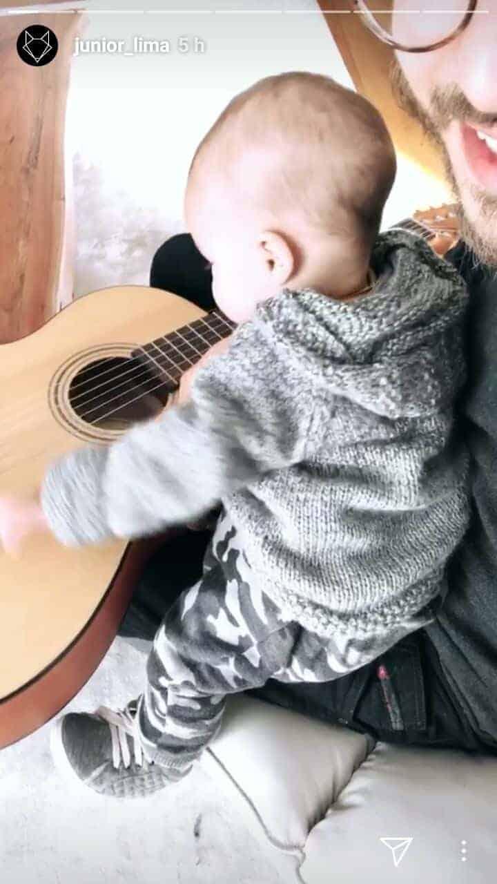 O filho de Junior, o bebê Otto com o violão