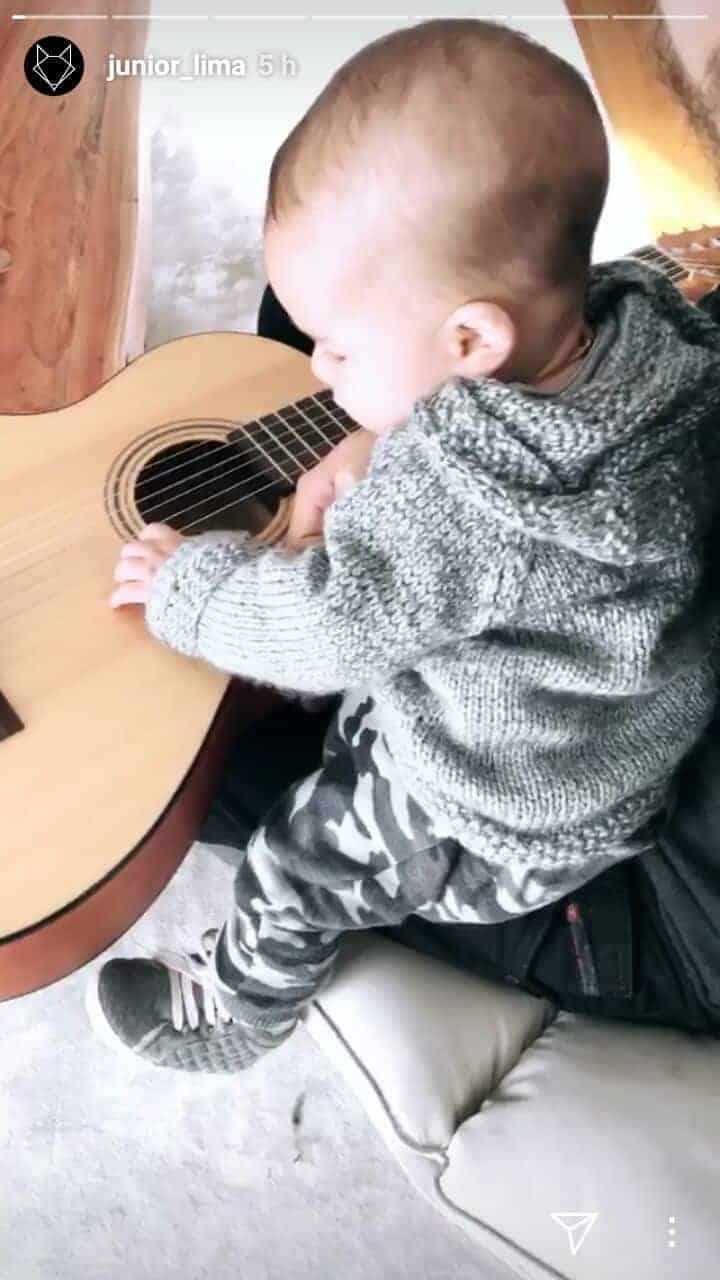 O papai Junior com o bebê Otto aproveitando o violão