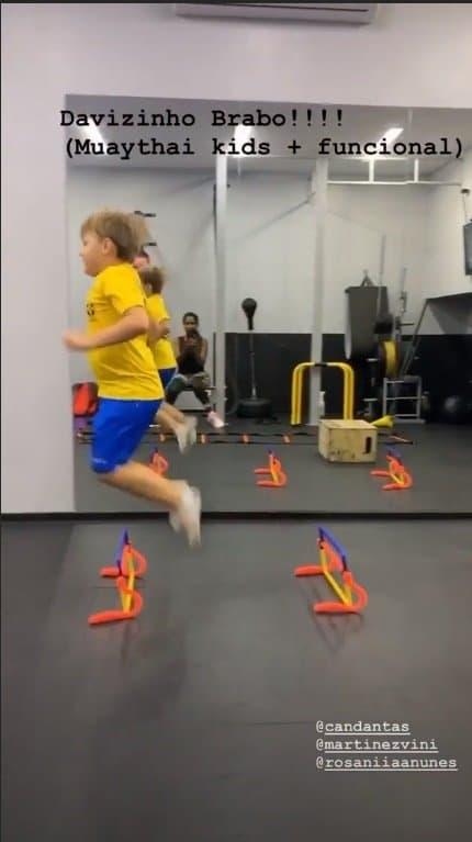 Filho de Neymar realizando exercícios em um circuito