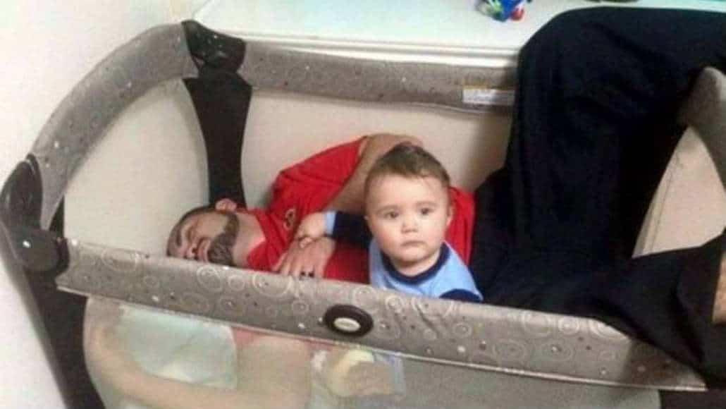 Pai dormindo no berço