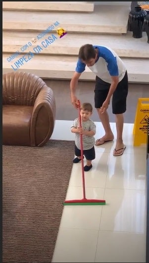 Andressa Suita compartilhou essa imagem do pequeno Gabriel ajudando a limpar a casa