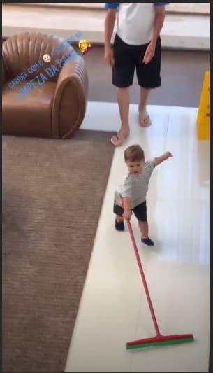 Mais uma imagem do pequeno Gabriel limpando a casa