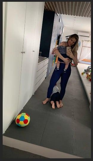 A mamãe Andressa Suita com Samuel no colo e o fofo Gabriel no chão