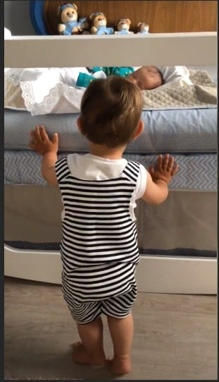 Gabriel olhando o seu irmãozinho Samuel dormindo