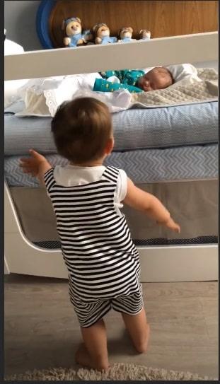 Enquanto o bebê Samuel dorme seu irmão Gabriel cuida dele