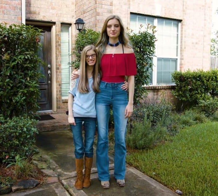 As gêmeas idênticas lado a lado