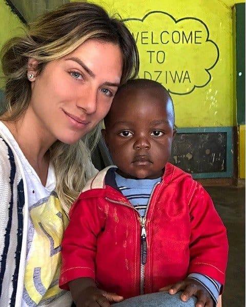 Giovanna Ewbank com bebê do Malauí