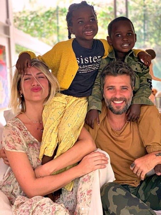 Giovanna Ewbank e Bruno Gagliasso com seus dois filhos