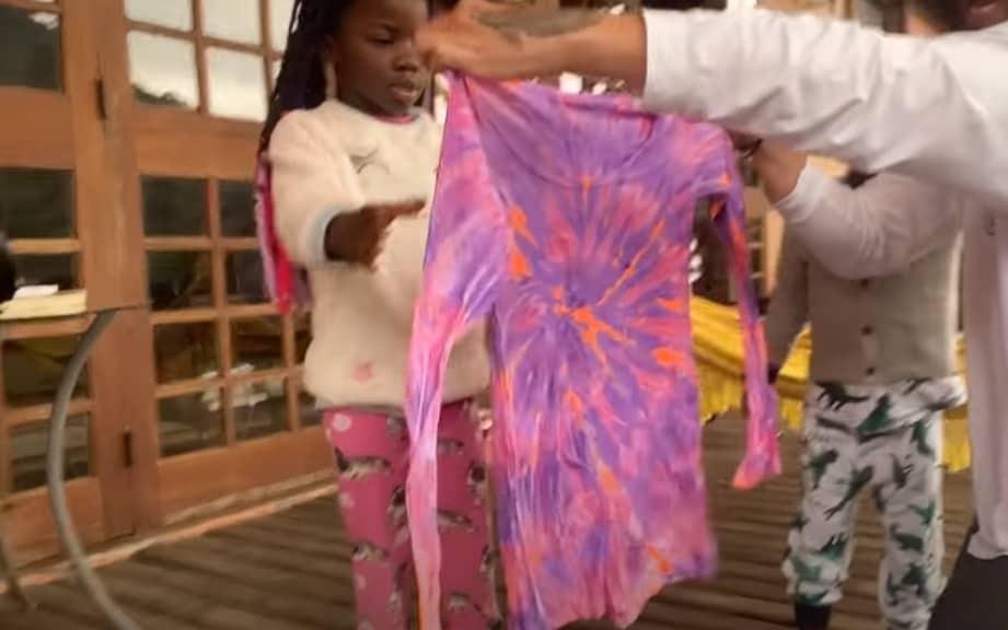 Giovanna Ewbank mostrando Titi com a camiseta