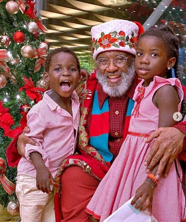 Filhos de Giovanna Ewbank e Bruno Gagliasso ao lado do Papai Noel
