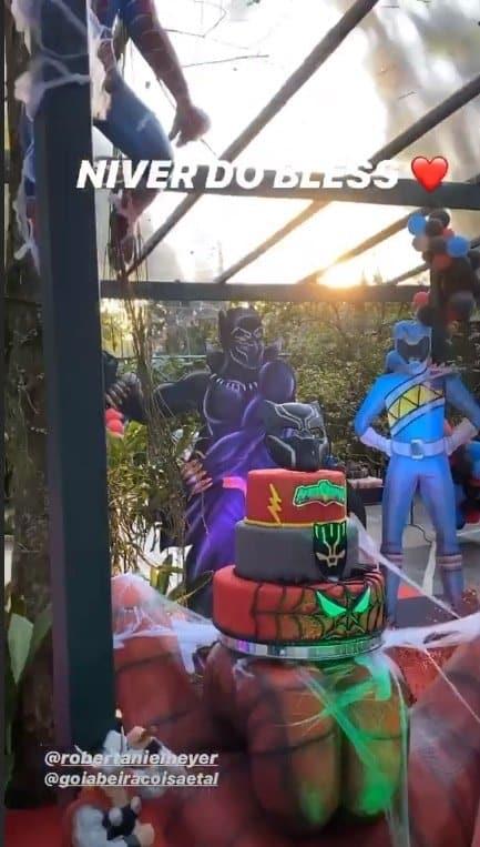 O lindo bolo do aniversário do fofo Bless