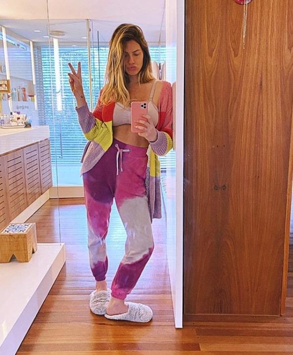 Giovanna Ewbank exibindo barriga pós-parto