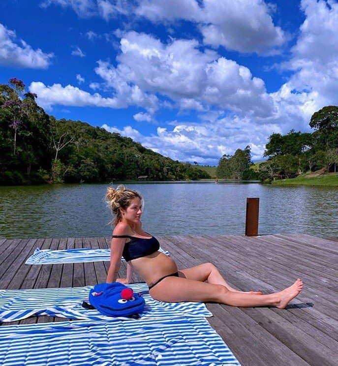 Giovanna Ewbank mostrando o barrigão de grávida em foto de Titi