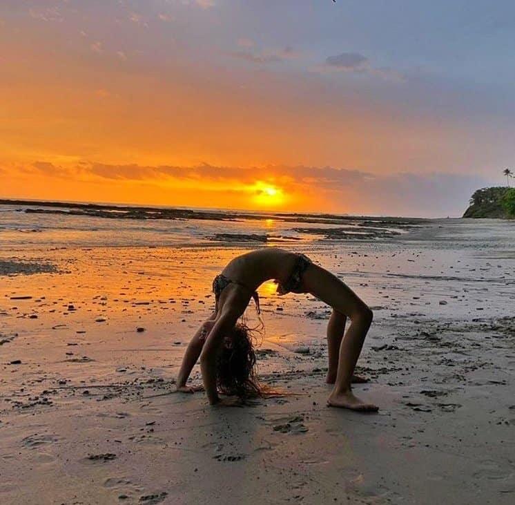 Filha de Gisele Bündchen em pose de ioga