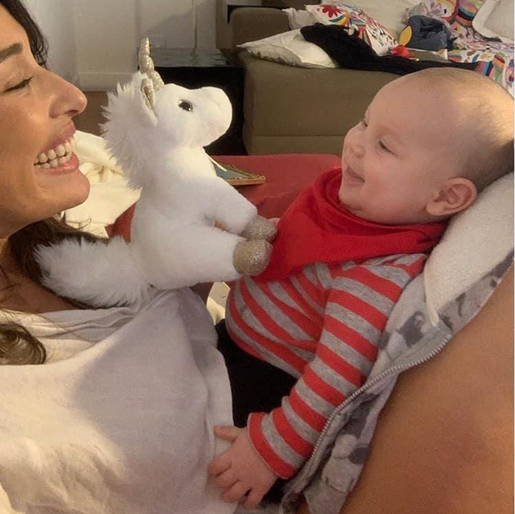 Giselle Itié com o filho de dois meses no colo