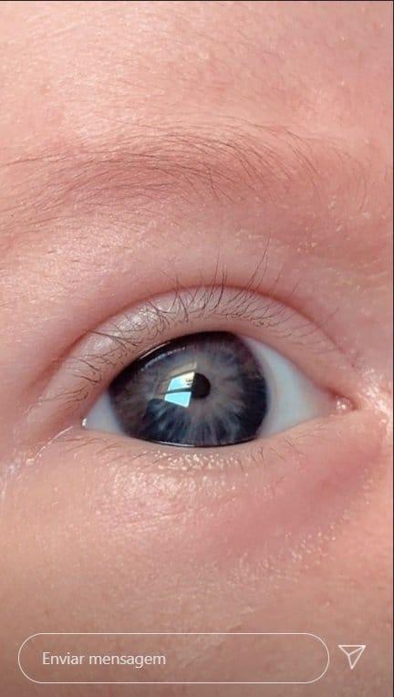 Bebê de Giselle Itié com os olhos abertos