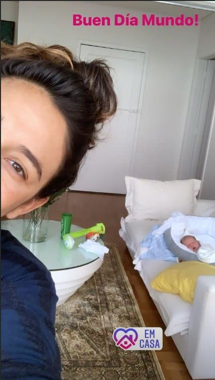 Giselle Itié ao lado do filho recém-nascido